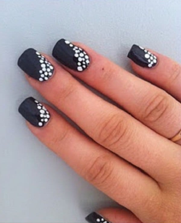 The Pearl dot mouse nail design