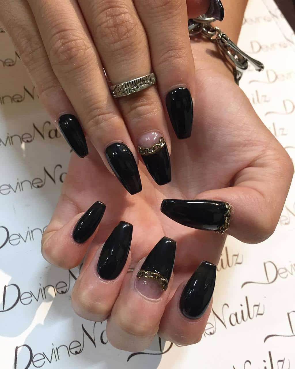 Chain design black and gold nail