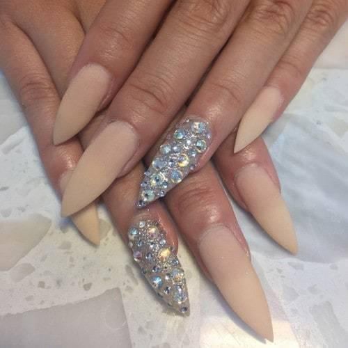 Queen Chic Beige Nail design