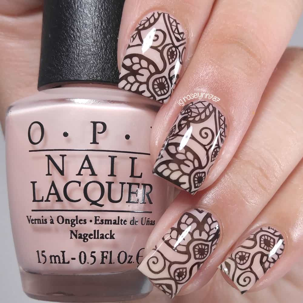 henna art on nude nail