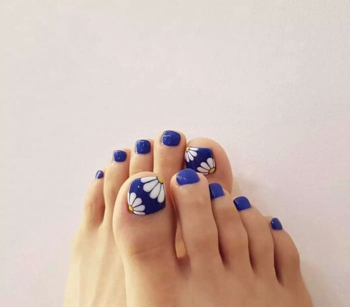 Daisy Toe Nail Design