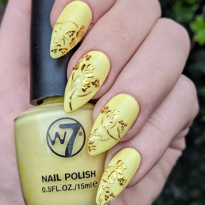 pastel yellow acrylic nails