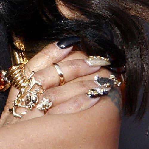 nicki minaj black nails