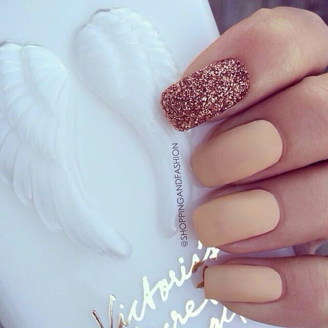 One Glitter matte Nail Design