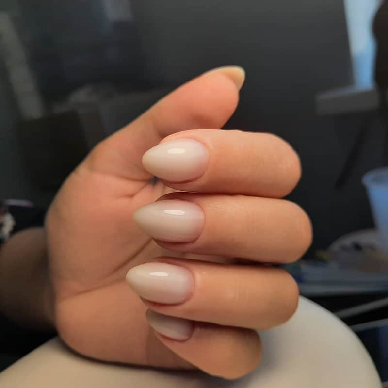 short oval nude nails
